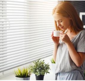 tomar café por la mañana